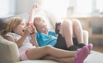 ילד וילדה משחקים בספה
