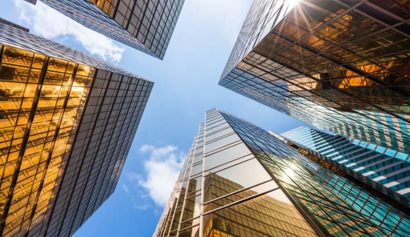 רקע בניינים ושמיים כחולים