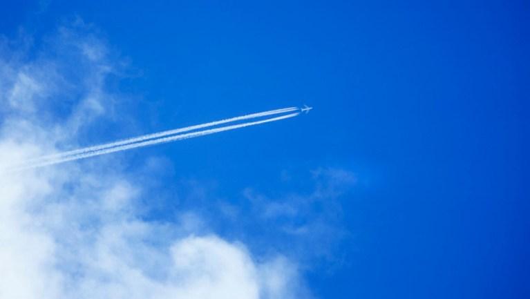 מטוס סילון חוצה שמיים מעוננים